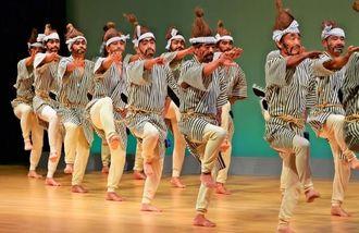 息の合った踊りで満員の観衆を沸かせた川田区の国頭サバクイ=5日、那覇市久茂地・タイムスホール