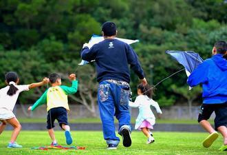 子どもたちと凧揚げする宮城正樹さん。家族と過ごす正月休みは2年ぶり。「子どもたちが大きくなるのは早いなと思う」