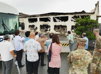 火災が起きた米軍嘉手納基地内の危険物取り扱い施設を視察する三連協の各首長ら=25日(同基地第18航空団広報局提供)
