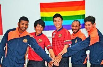 新ユニホームに袖を通し、入団会見に臨んだ濱田克大(左から2人目)、瀧澤修平(同3人目)と新加入のブラジル人3選手=なは市民協働プラザ