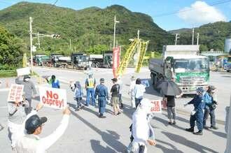 辺野古行きの土砂を搬入するダンプカ―に抗議の声を上げる市民=11日、名護市安和の琉球セメント社桟橋入口