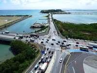 瀬長交差点ス~イスイ 右折レーン延伸・左折増設で渋滞緩和 沖縄・豊見城