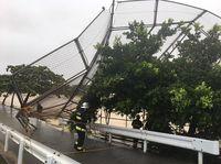 バックネット倒壊、吹き飛ぶプレハブ 台風24号が沖縄に最接近【動画あり】