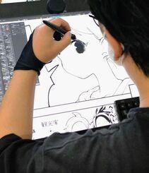 液晶タブレットを使って作画する空えぐみさん。ヒロインの瞳を描き入れています