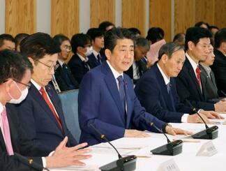 新型コロナ特措法に基づく政府対策本部の初会合で発言する安倍首相(中央)=26日午後、首相官邸