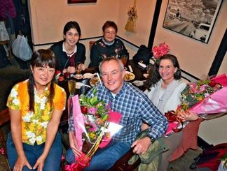 60年を経て対面した(前列左から)金城悦子さん、マーク・ダンリーさん、妻のケイさん。奥は金城さんの娘の上田里奈さん(左)、友人の川畑康子さん=3日、沖縄市胡屋