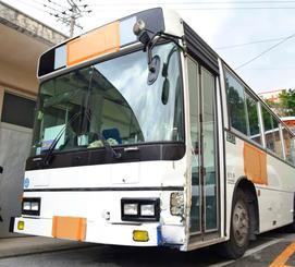 接触事故を起こした沖縄尚学高校・付属中のスクールバス=10日午後3時32分、与那原署