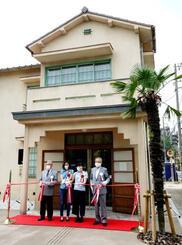 トキワ荘マンガミュージアムの開館で、テープカットする関係者=7日午前、東京都豊島区