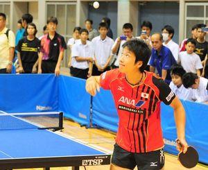 来県し沖縄の子どもたちと対戦する水谷準選手=2013年9月、宜野湾市立体育館