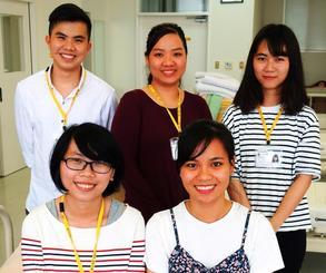 ベトナムから留学し、介護福祉士の資格取得を目指すチュオン・ビン・フーンさん(後列左)ら5人=与那原町・沖縄リハビリテーション福祉学院