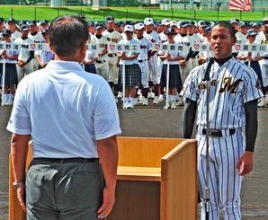 開会式で選手宣誓をする真和志のネブレト瑠華主将(右)=コザしんきんスタジアム
