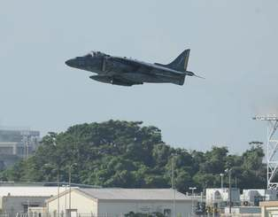 嘉手納基地から離陸する戦闘攻撃機AV8Bハリアー=7日8時41分、嘉手名町屋良・道の駅かでな