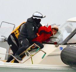抗議船に乗り込んだ海上保安官に、後ろ手にされ取り押さえられる市民(中央)=4日午前10時27分、名護市辺野古沖(栄野川里奈子撮影)