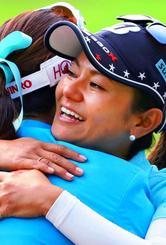 表彰式を終え、優勝したキム・ハヌル(左)と抱き合う宮里藍=六甲国際GC