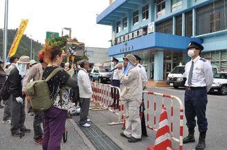 公務執行妨害容疑で男性が逮捕されたことに名護署前で抗議する市民ら=1日午前10時ごろ、名護市