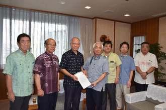 浦崎唯昭副知事(左から3人目)に要請書を手渡す名護宏雄会長(中央)=8日午前、県庁
