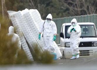 再検査のため鳥インフルエンザの疑い事例が発生した養鶏場に向かう関係者=11日午前、香川県さぬき市