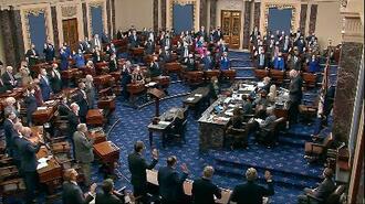 26日、米議会で弾劾裁判に関する上院議員の宣誓の場面=ワシントン(米上院テレビ提供、AP=共同)