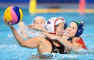 日本―ハンガリー 第2ピリオド、厳しいチェックを受けながらゴールを狙う浦=東京辰巳国際水泳場