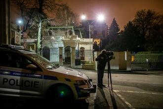 プラハにあるロシア大使館の前で撮影するカメラマン=17日(ゲッティ=共同)