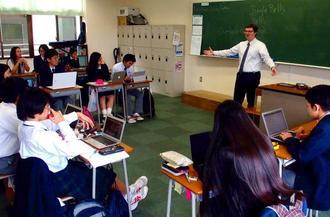 沖尚高の授業風景。生徒たちが活発にディスカッションを交わしていた=那覇市国場・同校