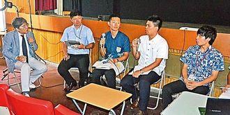 銀天街再生に向け、コザ琉映の活用法を議論するNPOなどの関係者=沖縄市照屋のコザ琉映