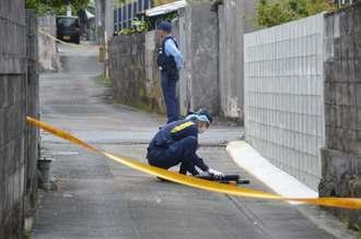 強盗事件の現場近くで、鑑識活動する捜査員=1日午前11時ごろ=南風原町津嘉山