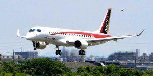 愛知県営名古屋空港に着陸するMRJの試験2号機=5月