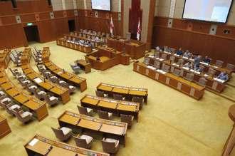 翁長雄志知事の欠席をめぐり開始が遅れ、県議不在でがらんとした沖縄県議会=25日午11時20分ごろ
