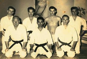 道場を開き、ジョージ・マットソン氏(前列右)ら米兵たちに空手を指導した友寄隆宏氏(前列中央)=1956年、当時宜野湾市野嵩にあった自宅(提供)