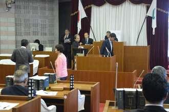 副市長選任案で可否の投票をする市議ら=28日午前、名護市議会議場