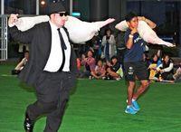 豚肉10キロ、高校生がゲット 豚35キロ担いで30メートル競走