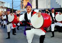 旧盆の沖縄 エイサー舞い、先祖を供養