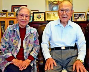 西日本豪雨の義援金として300万円を寄付した諸見里清さん(右)、美津さん夫妻=日、うるま市高江洲の自宅