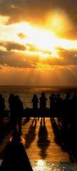 初日の出を見ようと大勢の人が詰め掛けた糸満市摩文仁の平和祈念公園=1日午前7時46分(喜屋武綾菜撮影)