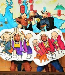 弥次さんと喜多さんのにぎやかな珍道中を披露した人形劇団ひとみ座の公演=22日、那覇市久茂地・タイムスホール(渡辺奈々撮影)