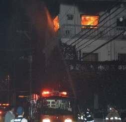 沖縄市仲宗根町で発生した火災=18日午後11時半すぎ、沖縄市仲宗根