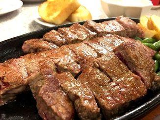 ステーキハウス88辻本店の赤身ステーキ480グラム。柔らかくてしつこくない味わいに食がすすむ=13日、那覇市辻