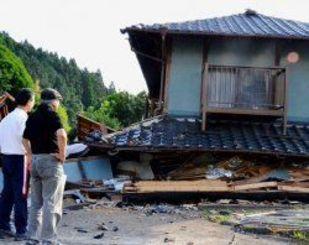 崩壊した家を見てぼうぜんと立ち尽くす住民ら=4月20日、熊本県西原村(比嘉太一撮影)