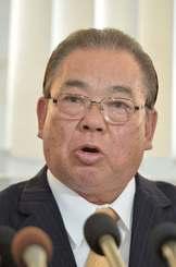 記者会見で、「前教育長を告訴した」と語る安慶田光男前副知事=26日午前11時すぎ、県庁
