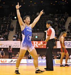 20歳で全日本選手権初優勝を決めた屋比久翔平=2015年12月22日、国立代々木競技場第2体育館