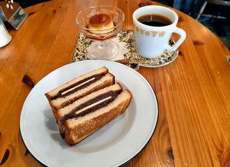 自家製パンにあんこが詰まった「あんバターサンド」(手前、600円)。自家製プリン(250円)も人気