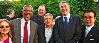 比嘉朝儀さん(右端)とアル・ムラツチ議員(右から2人目)=米ロサンゼルス