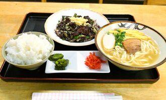 人気のチーイリチャーそばセット(千円)。くせがなく食べやすいチーイリチャーは地元客にも観光客にも評判だ