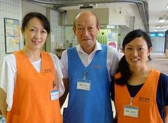 病児や保護者をサポートする病院ボランティアの(左から)増谷紀代香さん、星野武正さん、服部由貴子さん=3日、西原町・琉大病院小児科外来