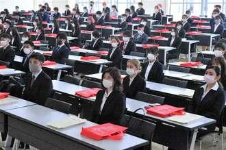 分散開催の入学式で、DVDに収録した学長あいさつを聞く入学生ら=1日午前、宜野湾市の沖縄国際大学(下地広也撮影)