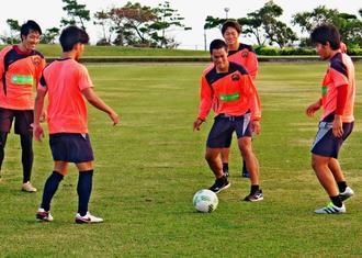 パス回しで汗を流すFC琉球の選手=八重瀬町の具志頭運動公園陸上競技場