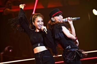 引退前夜に行われた最後のライブで熱唱する安室奈美恵さん。左は共演者のジョリン・ツァイさん=15日、沖縄県宜野湾市
