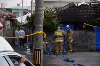 通報から約4時間後に消し止められた民家火災。焼け跡から住民男性とみられる遺体が見つかった=14日午前7時ごろ、嘉手納町嘉手納