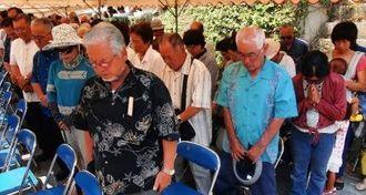 収容地跡記念碑に黙とうをささげる伊江島の関係者ら=2日、渡嘉敷村渡嘉敷(天久仁撮影)